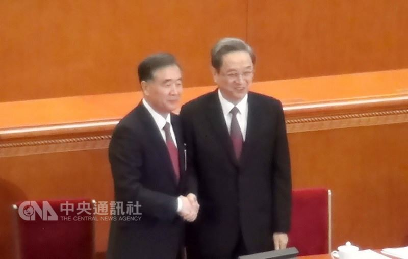 中國全國政協14日全票推選汪洋(左)為主席後,隨即與前任主席俞正聲(右)握手致意。中央社記者邱國強北京攝 107年3月14日