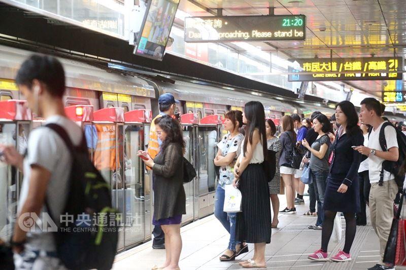 台北市、新北市12日宣布推出交通定期票,只要新台幣1280元,30日內可無限次搭乘捷運、雙北公車,以及YouBike前30分鐘免費。圖為民眾在捷運等待列車。 (中央社檔案照片)