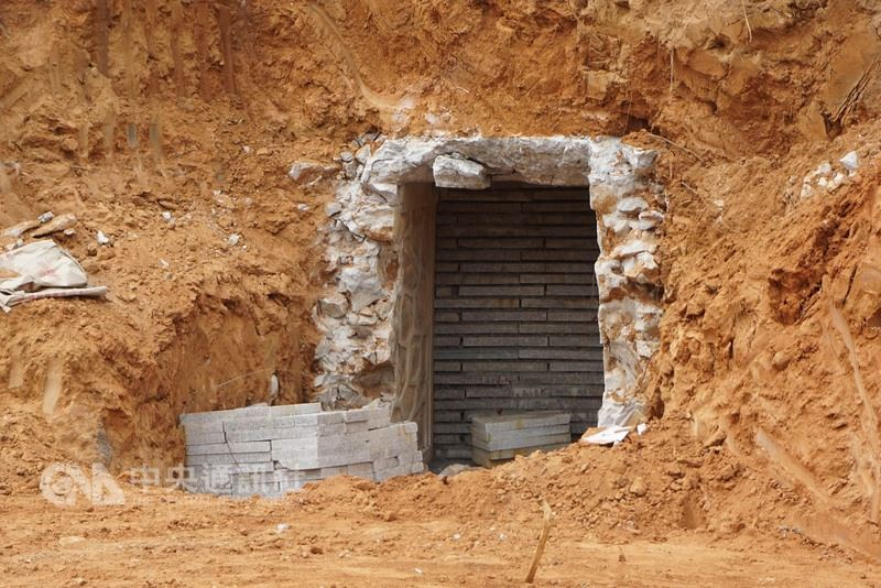金門主要幹道伯玉路下暗藏著鮮為人知的「雙乳山坑道」,縣府司法大道工程整地時竟拆除部分坑體結構,並在另一端坑道口以水泥石板封閉,令人嘩然。中央社記者黃慧敏攝 107年3月14日