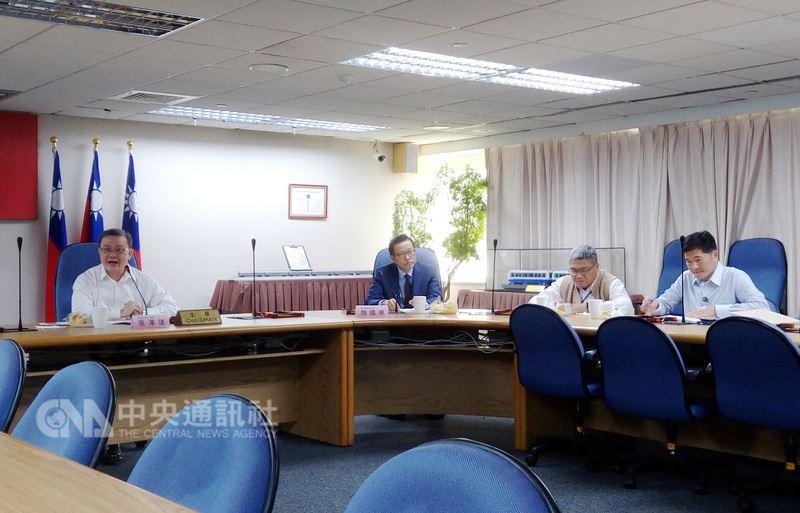 台北市捷運局長張澤雄(左)14日說,還在進行的7個捷運土地開發案中,5案已完成權益分配協商與仲裁判斷,預計可在今年內全部清理完畢。中央社記者陳妍君攝  107年3月14日