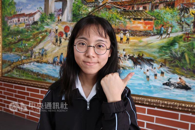 高雄女中胡千蓉在學測拿到頂標成績,不過她在繁星計畫中選擇就讀戲劇,14日確定可以唸台藝大,她說不擔心未來收入不穩定,決定朝夢想之路。中央社記者王淑芬攝  107年3月14日