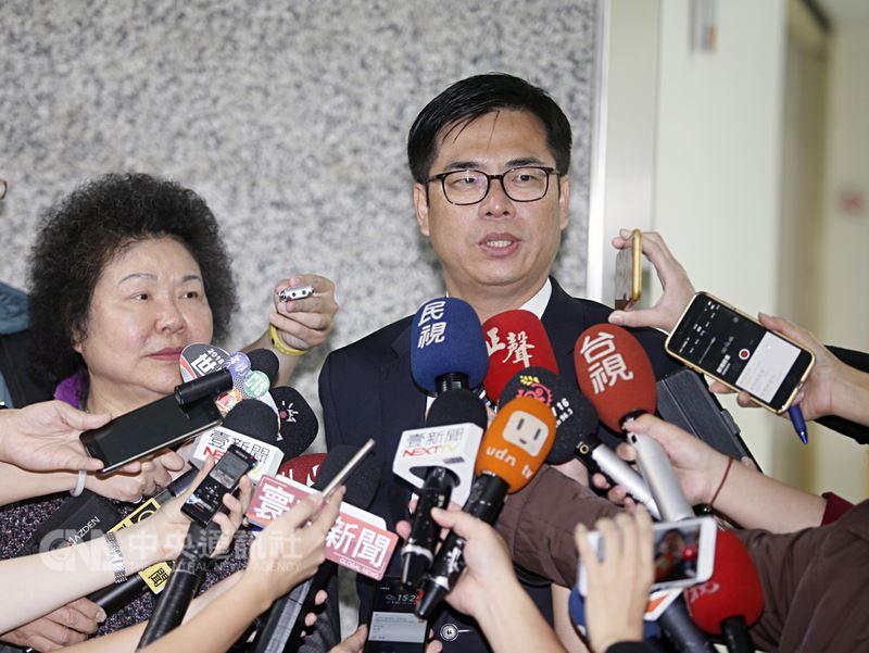 民進黨籍立委陳其邁(右)在高雄市長黨內初選勝出後,14日下午前往拜會高雄市長陳菊(左),會後兩人從市長室一起走出,接受媒體聯訪。中央社記者董俊志攝 107年3月14日