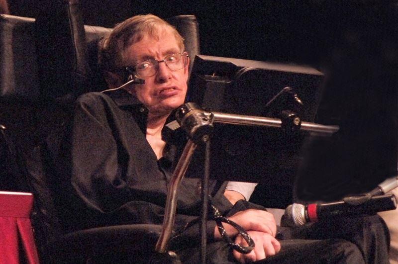 英國物理學家霍金與世長辭,享壽76歲。霍金被喻為是繼愛因斯坦後最才華洋溢的理論物理學家,他辭世的3月14日,正好是愛因斯坦139歲生日。(檔案照片/中新社提供)