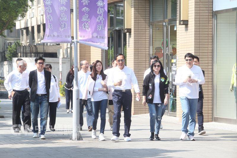 鴻海集團總裁郭台銘(右3)、與妻子曾馨瑩(右4)、統一集團董事長羅智先(右)、妻子高秀玲(右2)14日在台北,為永齡健康基金會與千禧之愛健康基金會站台。中央社記者吳家昇攝  107年3月14日