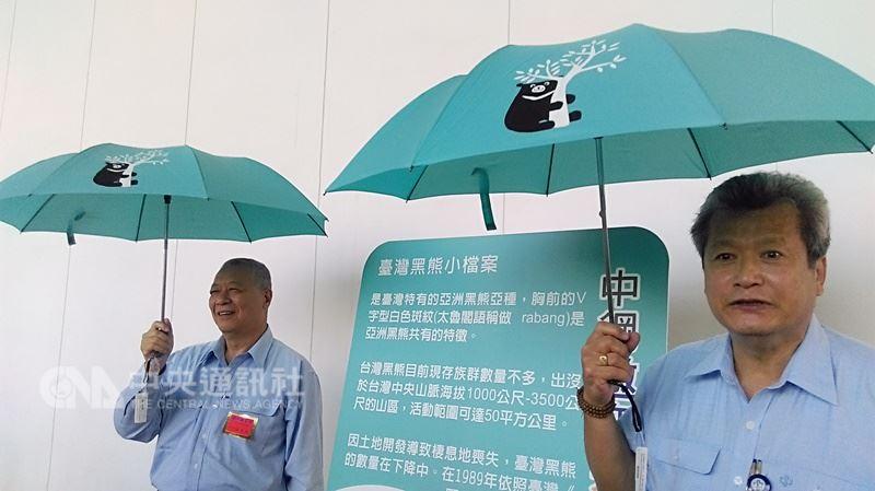 中鋼2017年股東會紀念品為鋼骨二折傘,深具中鋼特色,當時製造的75萬傘供不應求。中鋼董事長翁朝棟透露,今年不再送傘,改送「民生用品」。(中央社檔案照片)