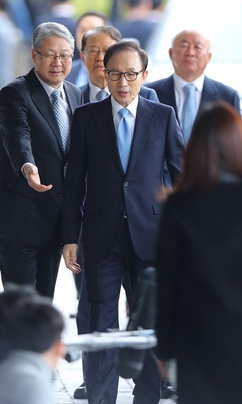 南韓前總統李明博14日上午在首爾中央地方檢察廳接受調查前,向國民道歉。(韓聯社提供)