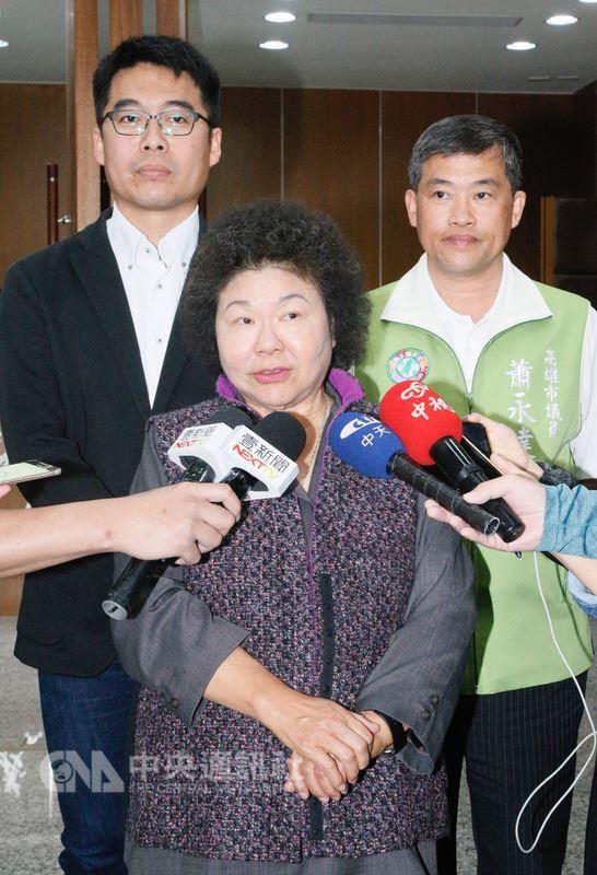 高雄市長陳菊(前)14日上午出席市議會定期大會,在議會受訪時說,她在高雄執政12年,輔選民進黨經過民意產生的候選人是她的責任,讓高雄市優質順利接班,符合人民期待。中央社記者董俊志攝  107年3月14日