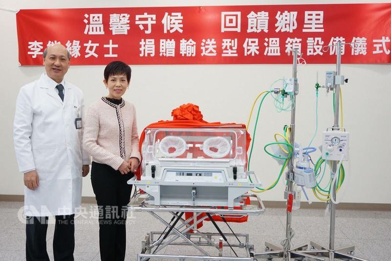 旅居台北的金門鄉親李能緣(右)14日捐贈輸送型新生兒保溫箱,以及兩套相關設備給金門醫院。金醫院長屠乃方(左)感謝她回饋鄉里。中央社記者黃慧敏攝 107年3月14日