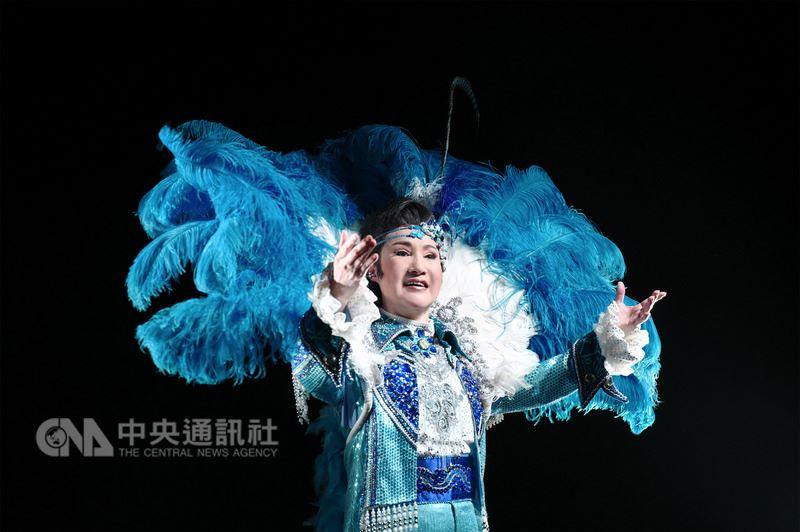 「徛舞台的人-百變小咪」紀錄片15日發表,詳實紀錄歌仔戲名角小咪(陳鳳桂)各階段的舞台人生。圖為她重現藝霞歌舞劇團時期的演出扮相。(傳藝中心提供)中央社記者汪宜儒傳真 107年3月15日