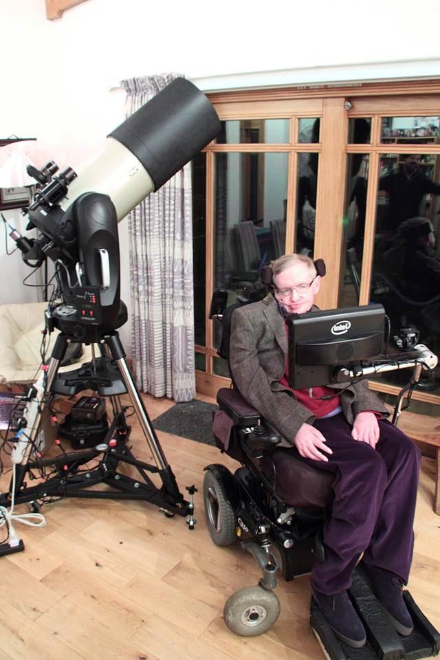 熱愛宇宙的英國物理學家霍金2014年時曾說,其實一輩子最大的希望,是能在外太空死去。(圖取自Stephen Hawking臉書粉絲專頁www.facebook.com/stephenhawking)
