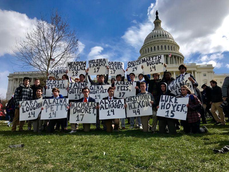 美國佛羅里達州中學槍擊案發生至今屆滿一個月,全美成千上萬學生14日上午展開「走出教室」活動。(安納杜魯新聞社提供)