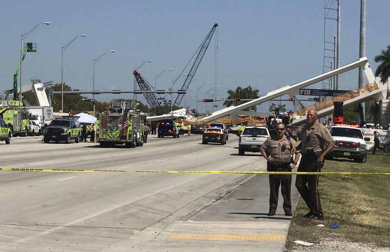美國佛羅里達州佛羅里達國際大學一座新建人行天橋15日突然倒塌。(法新社提供)