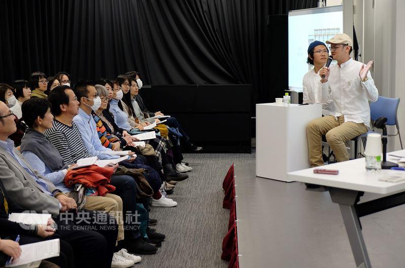介紹台灣許多老建築之美的「老屋顏」作者辛永勝(右2)與楊朝景(右1),17日把書中場景分享給日本讀者。中央社記者黃名璽東京攝 107年3月17日