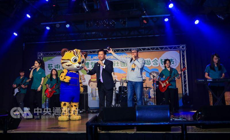 台中市高中職表演團體及動態社團成果發表會17日在台中文化創意產業園區舉行,市長林佳龍(中著西裝者)更登台與台中女中熱音社學生一起高歌。中央社記者郝雪卿攝 107年3月17日