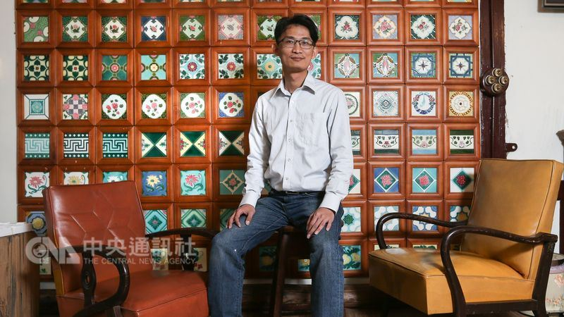 台灣花磚古厝創辦人徐嘉彬本職是名科技業主管,20年前為尋求與心儀對象的共同話題,將對方老家上的花磚當成引子,沒想到除了牽起兩人一世情緣,也同時找到一生志業。(中央社記者謝佳璋攝)