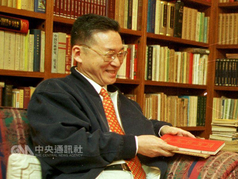 作家李敖(圖)18日辭世,文化部長鄭麗君聞訊表示哀悼,她說,李敖是對抗威權體制的一代文人。(中央社檔案照片)