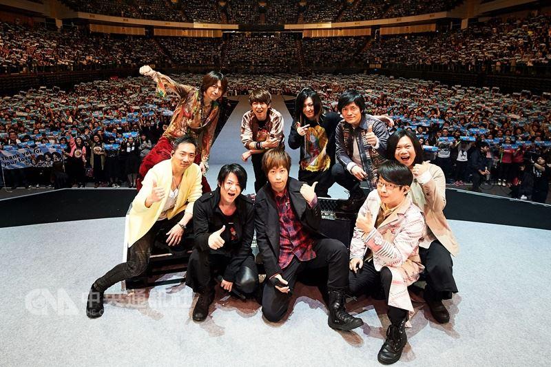 日本著名搖滾天團GLAY訪台,17日晚間在台北小巨蛋開唱,多年好友五月天力挺擔任特別嘉賓,兩大天團首度合體飆唱合作曲Dancin' Dancin'。 (相信音樂提供) 中央社記者江佩凌傳真 107年3月18日