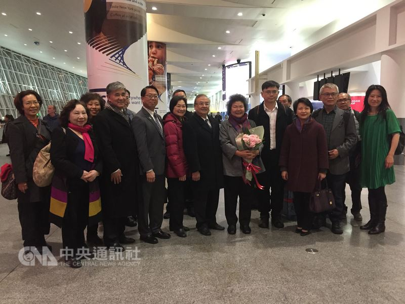 美總統川普簽署台灣旅行法生效。高雄市長陳菊17日晚(本地時間)抵達紐約,僑胞熱情接機。陳菊感謝美行政部門及國會支持台旅法。中央社記者黃兆平紐約攝 107年3月18日