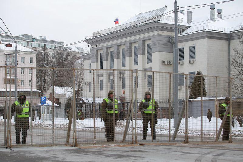 俄羅斯總統大選18日開始,烏克蘭為了阻止在烏克蘭的俄羅斯公民前往大使館投票,警方將通往基輔大使館的道路封鎖。(安納杜魯新聞社提供)