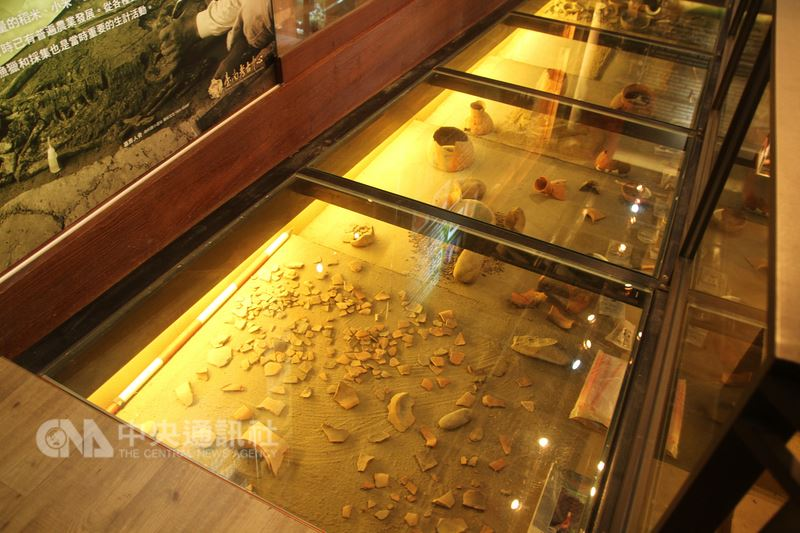 台南市政府利用歷史建物台鹽隆田儲運站空間設立的台南考古中心,19日揭牌啟用,未來將與學界合作,盼讓台南成為考古研究重要基地。中央社記者楊思瑞攝 107年3月19日