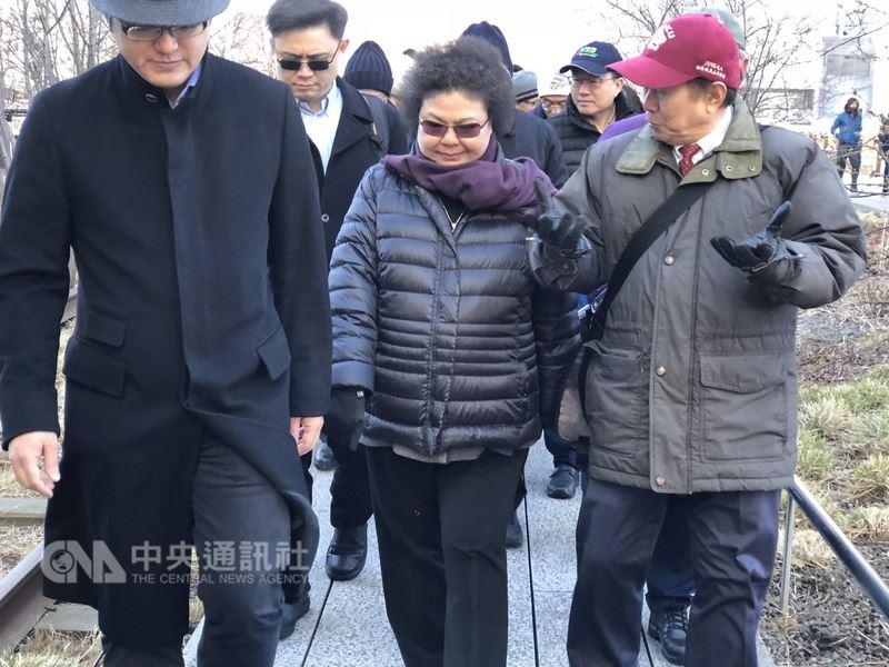 高雄市長陳菊18日參觀曼哈頓高架舊鐵道活化變身的高線公園時,對接任總統府秘書長一事表示回台後慎重思考。中央社記者黃兆平紐約攝  107年3月19日
