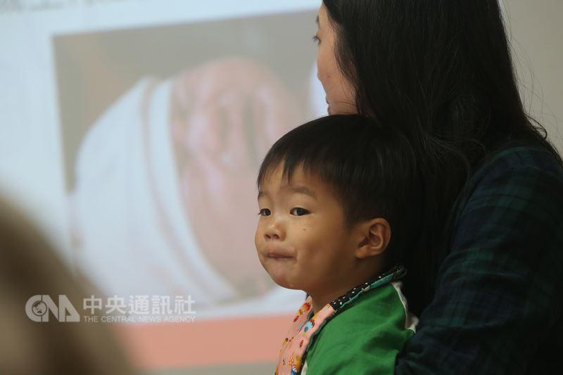 兒福聯盟19日在台北舉辦記者會,呼籲政府調降托嬰中心照顧比例、列管不適任托育人員、加強宣導教保人員責任通報,讓家長安心托育。中央社記者吳家昇攝  107年3月19日