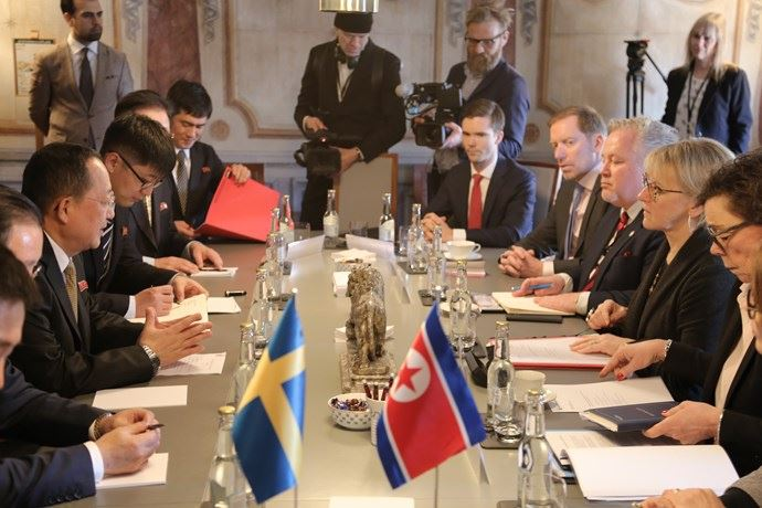北韓外交部長李勇浩(左3)與瑞典外長華爾史特龍(右3)日前在長達3天的斯德哥爾摩會談,曾談論釋放金東哲、金學成與金相德相關事宜。(檔案照片/韓聯社提供)
