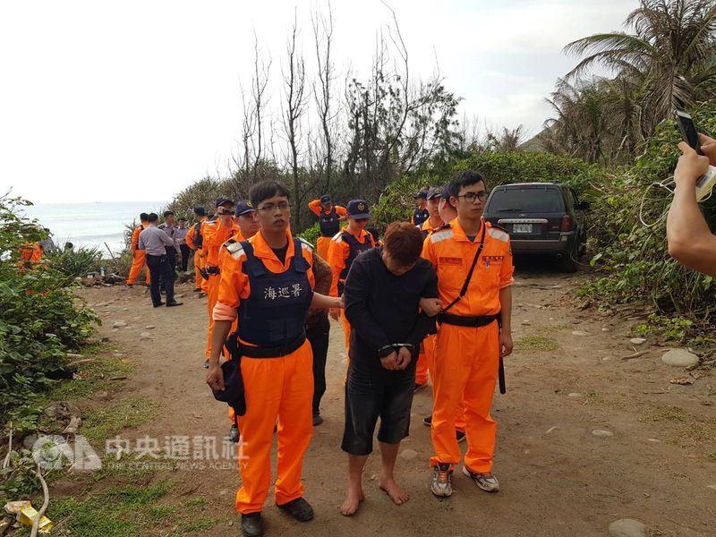 5名越南籍人士19日凌晨企圖從台東大武海邊偷渡上岸,未料橡皮艇遭大浪打翻落海,其中2名越南籍人士溺斃,其餘自行游上岸後被捕,目前被帶回台東市區進一步偵辦。(海巡提供)中央社記者盧太城台東傳真 107年3月19日
