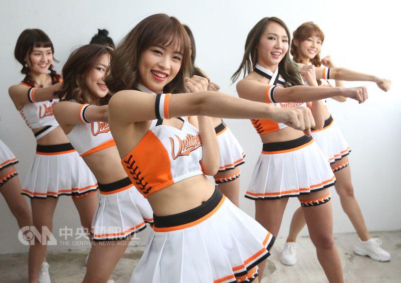 中華職棒29年即將開打,統一7-ELEVEn獅啦啦隊Uni-Girls新球季加入3名新成員,19日拍攝定裝照,並持續練習全新舞蹈。中央社記者張新偉攝 107年3月19日
