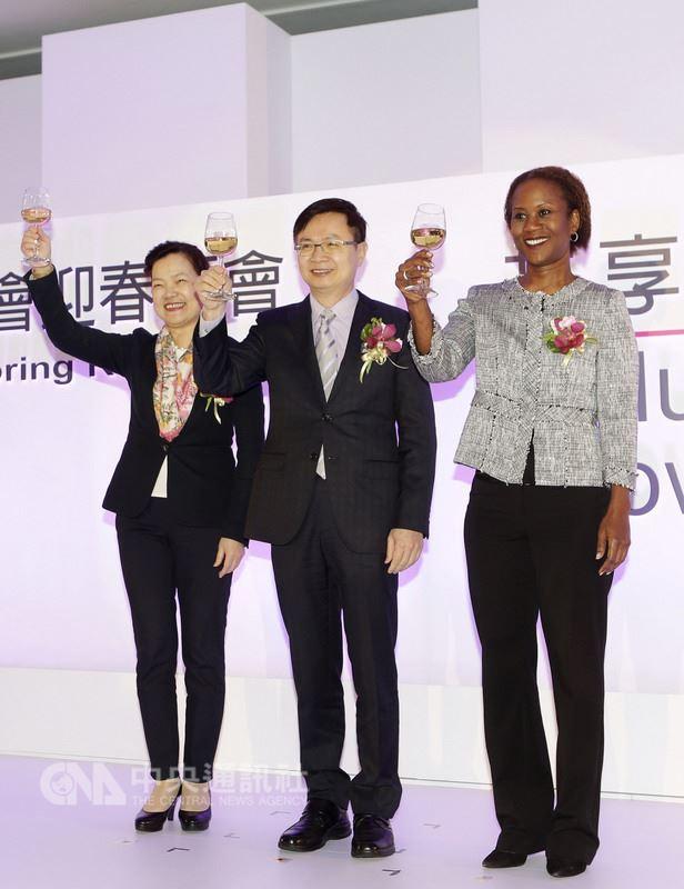 中華民國對外貿易發展協會20日於台北國際會議中心舉辦迎春酒會,董事長黃志芳(中)、經濟部次長王美花(左)與聖克里斯多福及尼維斯大使查絲敏.哈菁絲(Jasmine Elise Huggins)共同祝酒。(外貿協會提供)中央社記者廖禹揚傳真 107年3月20日