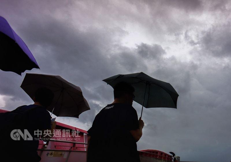 氣象局預測,20日各地降雨機率都提高,西半部70%至100%,宜蘭及花蓮60%、台東30%。(中央社檔案照片)