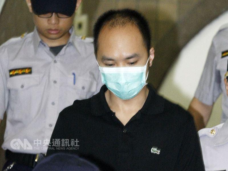 李宗瑞(前)被控性侵並偷拍多名女子,其中有一名受害女子提告求償,台灣高等法院20日判李宗瑞賠償新台幣200萬元。(中央社檔案照片)