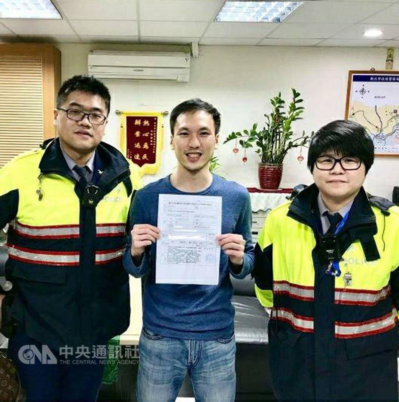 一名美籍男子2017年來台旅遊護照掉在九份,最後在員警協助下才順利登機。(警方提供)中央社記者王朝鈺傳真 107年3月20日