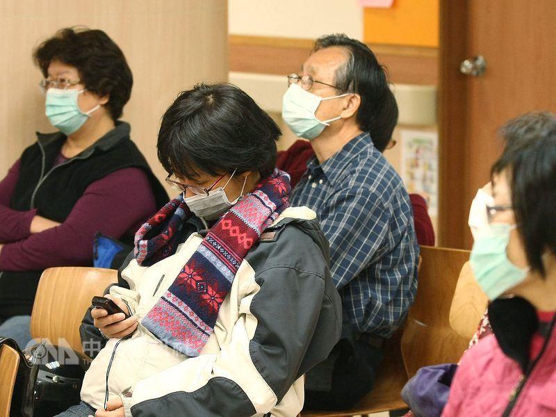 疾管署提醒,流感還在流行期,且近日氣溫將明顯下降,民眾仍要提高警覺。圖為到醫院看診民眾戴口罩防流感。(中央社檔案照片)