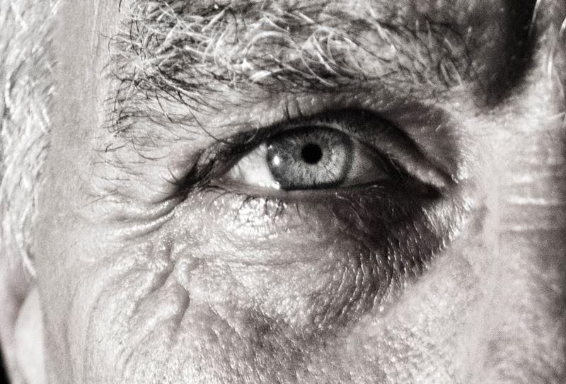 研究人員19日表示,兩名因視力退化性疾病導致視力嚴重喪失患者,經胚胎幹細胞治療後,能夠再次閱讀。(示意圖/取自Pixabay圖庫)