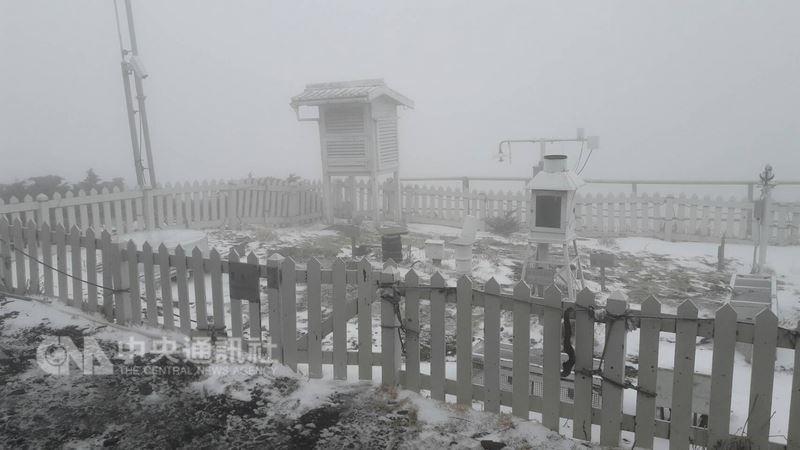 氣象局觀測20日上午玉山飄雪超過2小時,但因風大,玉山氣象站觀測坪未完全被雪覆蓋。(氣象局提供)中央社記者汪淑芬傳真 107年3月20日