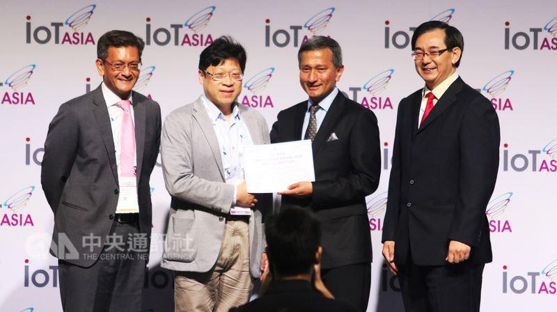 新加坡年度盛事「2018亞洲物聯網展」開幕,台灣新創公司「愛瑪麗歐」擊敗歐美新創業者,獲頒特別獎殊榮,由「愛瑪麗歐」副總薛劍峰(左2)代表領獎。中央社記者黃自強新加坡攝 107年3月21日