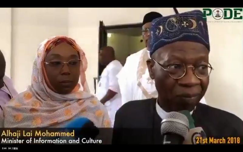 奈及利亞新聞部長穆罕默德(右)表示,2月遭博科聖地綁架的110名女學生中的101人,已獲「無條件」釋放,並未支付贖金。(圖取自奈及利亞總統府臉書www.facebook.com/TheAsoVilla)