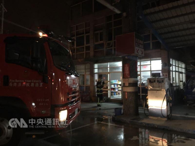 宜蘭蘇澳一間加油站辦公室20日晚傳出火警,消防局獲報前往,救出一名意識不清的男性傷者,已送醫急救中,起火原因待進一步調查。(宜蘭縣消防局提供)中央社記者沈如峰宜蘭縣傳真 107年3月20日