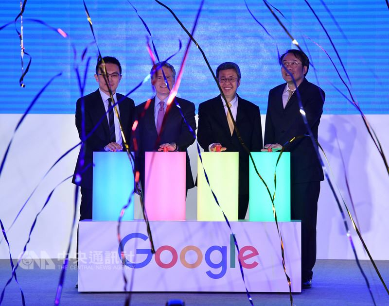 副總統陳建仁(右2)21日上午出席Google智慧台灣啟動大會,與Google亞太區行銷副總裁卡恩(Simon Kahn)(左2)、Google台灣董事總經理簡立峰(右)、Google台灣總經理陳俊廷(左)一同主持啟動儀式。中央社記者王飛華攝 107年3月21日