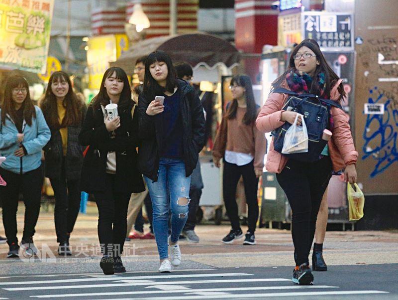 中央氣象局預報員陳伊秀表示,22日清晨及入夜仍冷,和白天相比溫差逾10度。(中央社檔案照片)