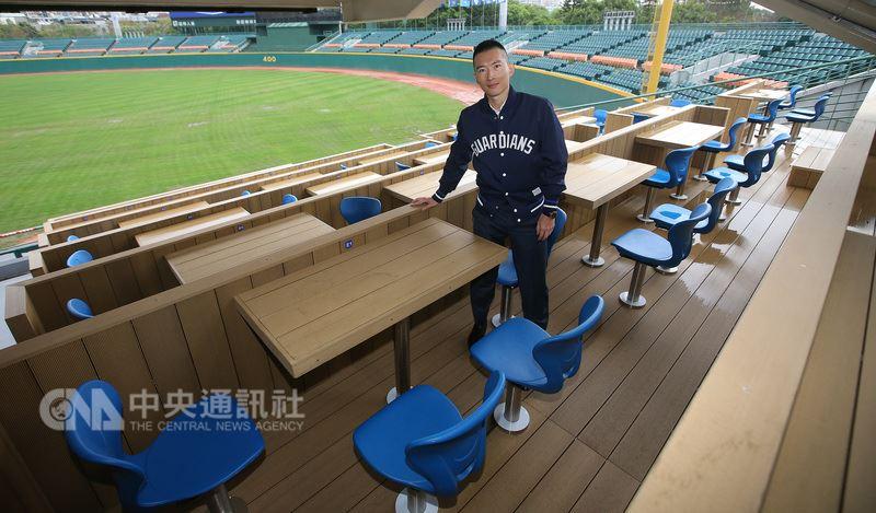 富邦今年砸新台幣1.2億元整修新莊棒球場,富邦與富藝旅合作在內野區推出「滿悍席」餐桌席座位區,分為單人桌、雙人桌、四人桌,共89席,讓球迷可以邊享受美食、邊看球,但需事先預約。(中央社檔案照片)
