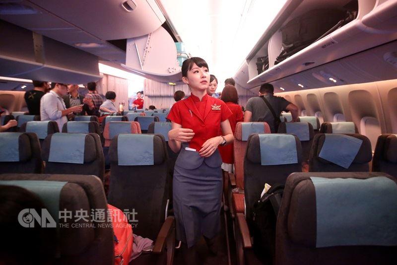 中華航空21日表示,將與4所學校產學合作,招募24名實習空服在短程區域航線服務。(中央社檔案照片)