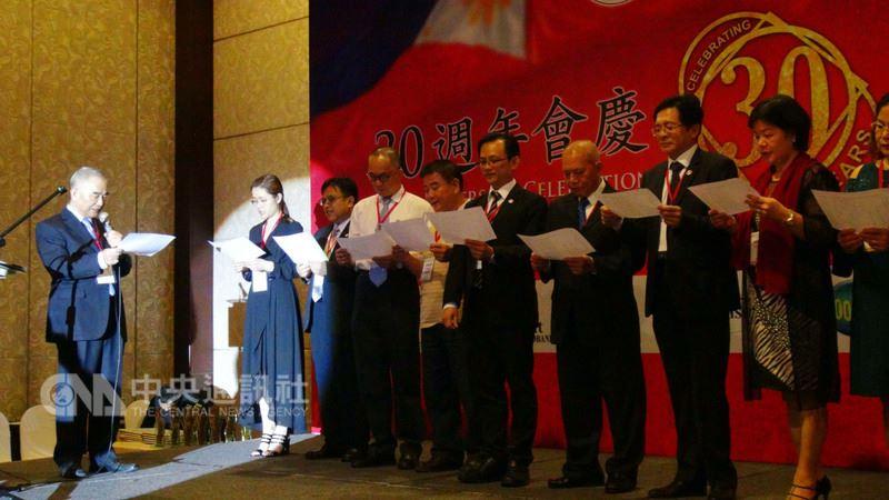 菲律賓台灣工商總會21日舉行慶祝成立30週年晚會,駐菲代表林松煥(左1)為現任理事主席、會長及新進幹部監誓。中央社記者林行健馬尼拉攝 107年3月21日