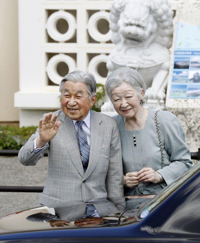 日皇明仁與皇后美智子28日搭機抵達日本國境最西端的與那國島。(共同社提供)