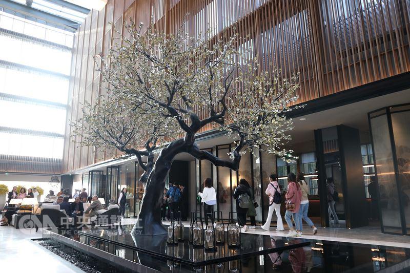 第3家涵碧樓31日在南京開幕,當地政府主動要求業者用民國元素包裝,飯店大廳可以看到銅製的梅樹以及屏風,充滿懷舊風味。中央社記者陳家倫南京攝 107年3月31日