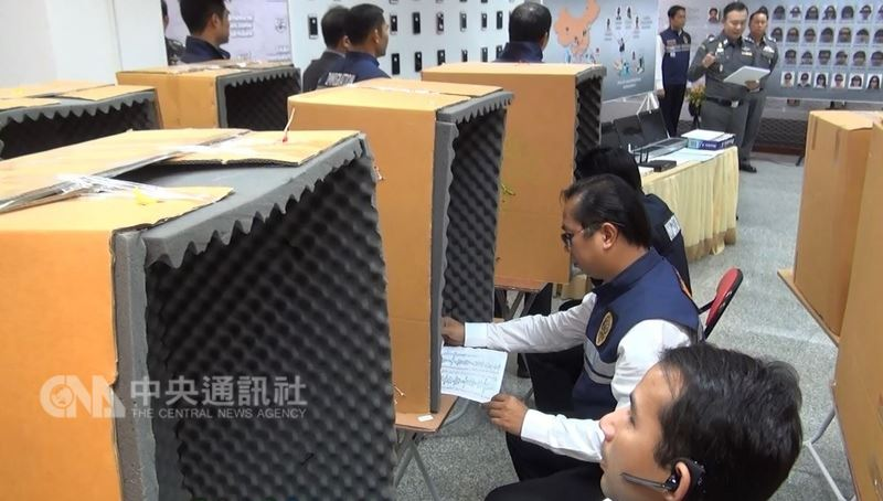 泰國近年查獲不少電信詐騙機房,犯罪集團為避免撥電話時相互干擾,專業設計工作站。圖為去年7月底在泰國警方的破案模擬現場,紙箱內鋪著吸音棉。中央社記者劉得倉曼谷攝  107年4月4日