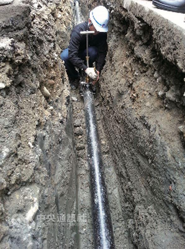 台水執行10年降漏計畫,其中將汰換6000公里管線,依照漏水頻率訂定汰換的優先順序,參考日本東京都水道局經驗,配水管材質改採耐震及耐久性更高的延性鑄鐵管(DIP),有助降低漏水風險。(台水提供)中央社記者黃雅娟傳真 107年4月6日