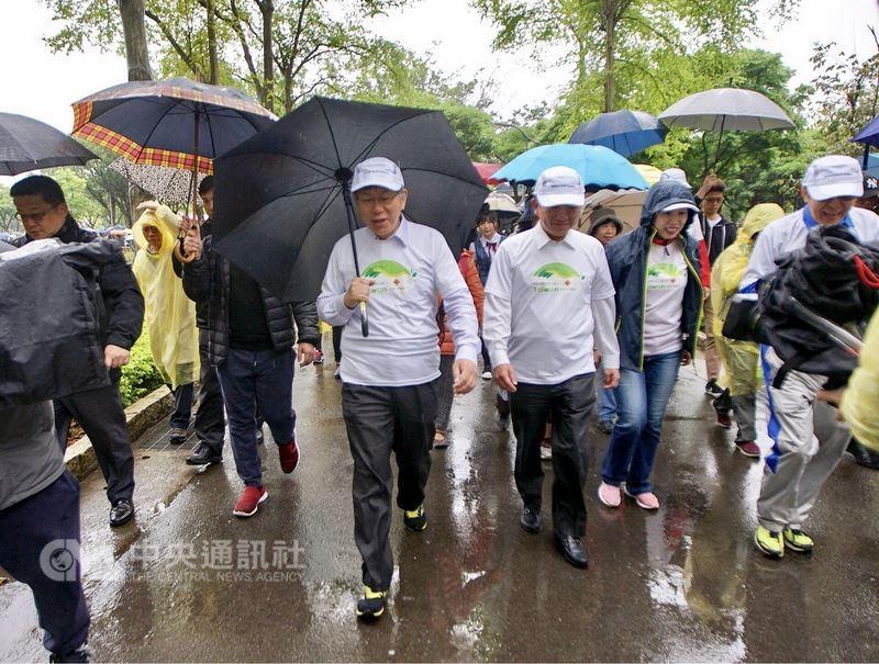 衛生福利部中央健康保險署7日在台北市大安森林公園舉辦「世界衛生日 健康大步走」健走活動,衛福部長陳時中(前右3)、台北市長柯文哲(前右4)出席,加入健走行列。中央社記者裴禛攝 107年4月7日