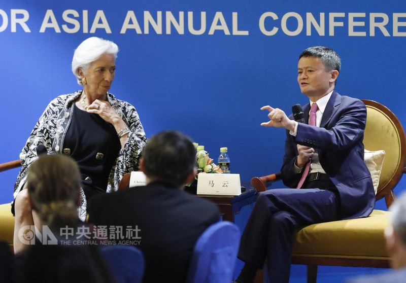 阿里巴巴董事會主席馬雲(右)9日在博鰲論壇表示,如果中美貿易關係不好,將毀了1000萬個就業機會。馬雲認為,中美經貿所面臨的問題像感冒,不需要透過貿易戰「化療」。(中新社提供)中央社記者陳家倫上海傳真 107年4月10日